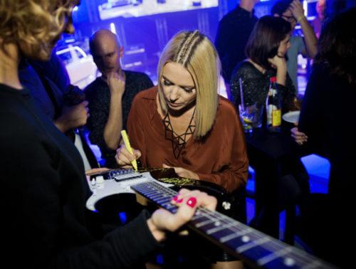 Autografy gwiazd i …gitara dla WOŚP